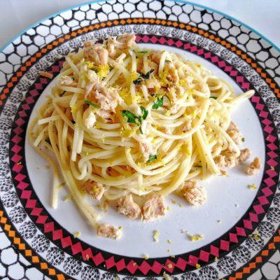 Spaghetti con tonno, scorza di limone e erbe aromatiche