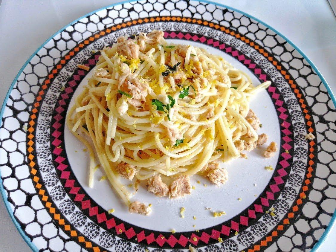 Spaghetti con tonno, scorza di limone ed erbe aromatiche